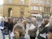 Die französische Kollegin erklärt uns die Darstellungen an der Außenfassade der Kathedrale.