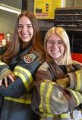 04. Shannon Schmitt und Annika Lothmann in Feuerwehrmonteur