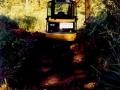 Ein Kleinbagger hebt eine 12 m lange und  2 m breite Grube auf der Halbinsel aus.