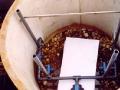 In den Tonnen vor und hinter der Anlage wurden die Zuleitungs- und Ableitungsrohre installiert.