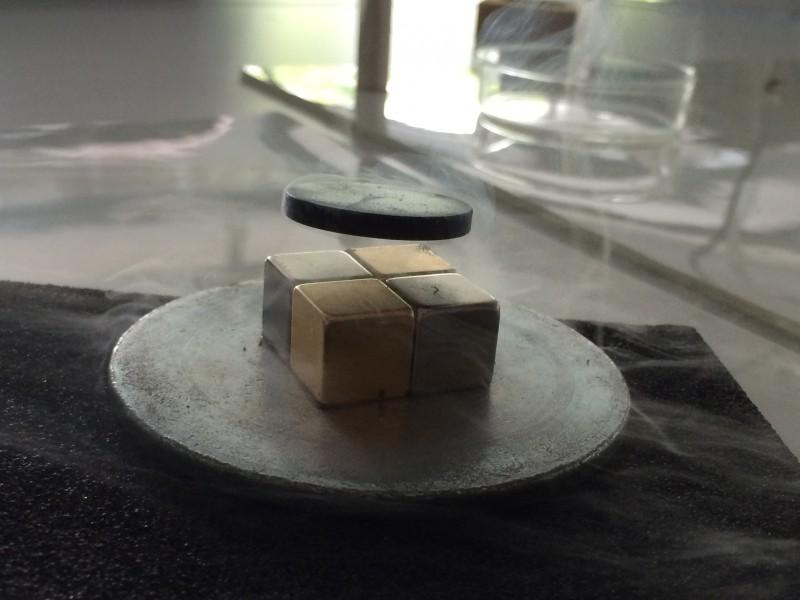 Supraleiter schwebt im Magnetfeld