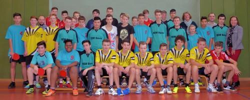 Teilnehmer der TT-Kreismeisterschaft der Jungen mit der Schulleiterin des Gymnasium Zitadelle Frau Dr. Koerver