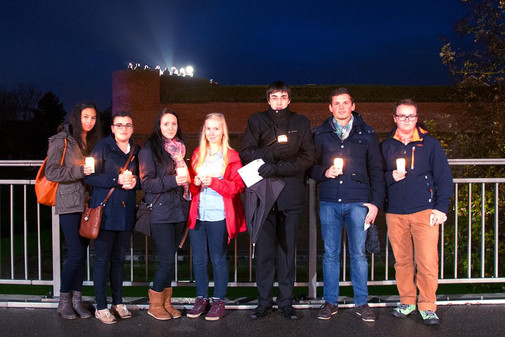 Q2- Schüler bei der Lichterkette am 16.11.14