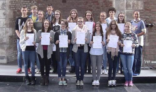 18 Schülerinnen und Schüler nehmen das französische Sprachdiplom in Empfang.