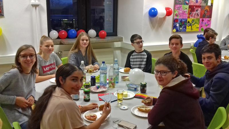 Deutsche und Franzosen beim gemeinsamen Frühstück (Foto: Shannon Schmitt)