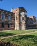 01-Hauptgebaeude-und-Schulhof