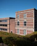 04a-Hauptgebaeude-und-Schulhof