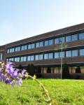 12-Hauptgebaeude-und-Schulhof