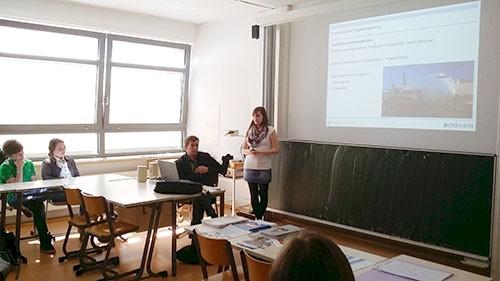 Julia Kremer bei einem Vortrag über ihr aktuelles Tätigkeitsfeld (IT-Flughafenlogistik)